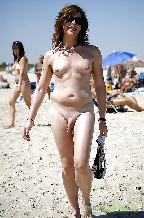 Трансына нудистском пляже онлайн